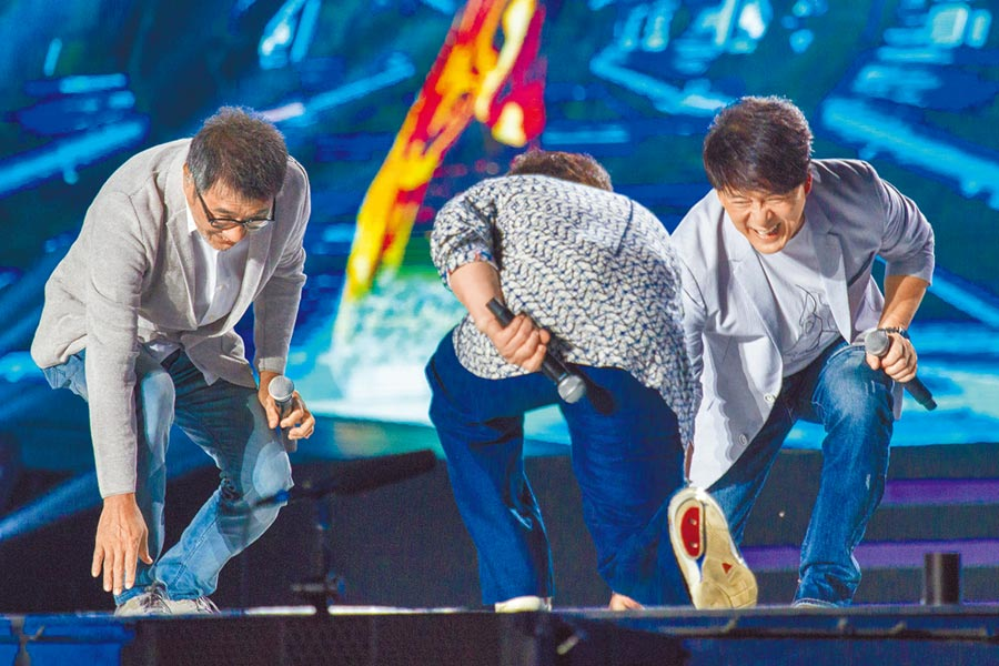 李宗盛(左起)、成龍和周華健在台上玩的相當開心。
