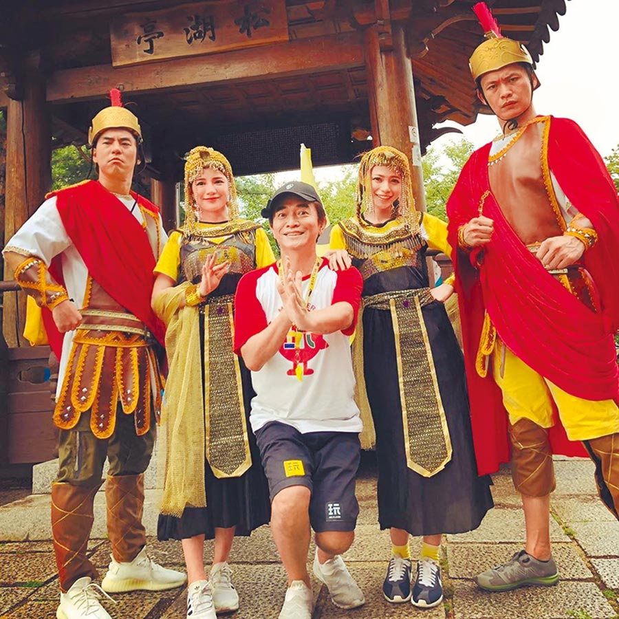 黃鐙輝(右起)、蘿莉塔、吳宗憲近日赴韓錄《綜藝玩很大》。