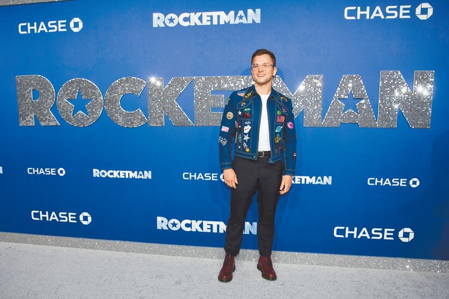 泰隆艾奇頓(Taron Egerton)在電影《火箭人》中穿上的丹寧外套,戲外他也將該件外套穿上宣傳會。(美聯社)