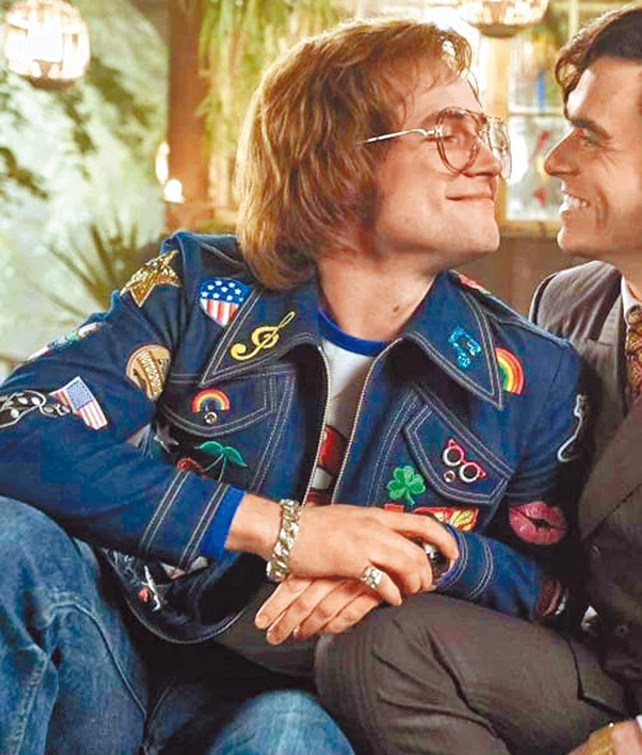 泰隆艾奇頓(Taron Egerton)在電影《火箭人》中穿上一件充滿拼貼的丹寧外套。(翻攝自網路)