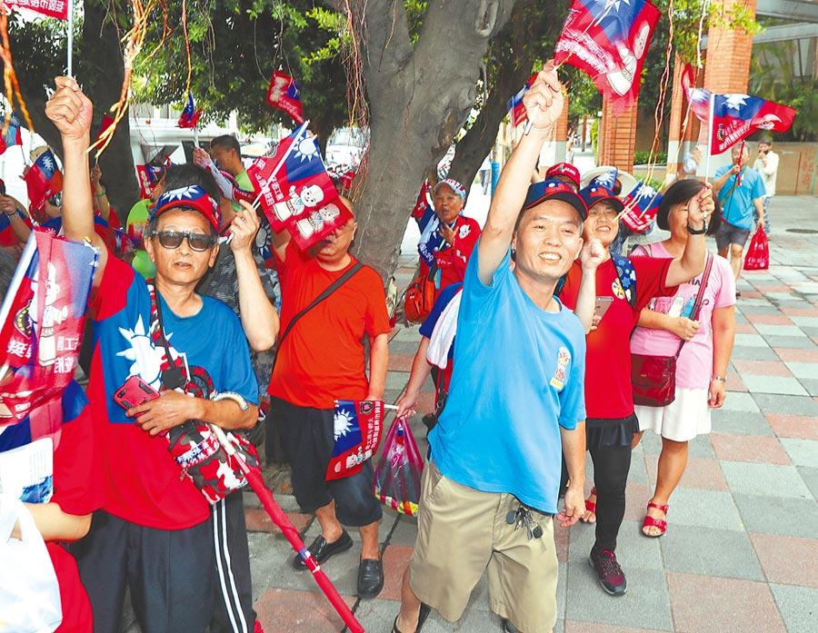 7月28日,國民黨全代會會場外,韓國瑜支持者熱情揮舞旗幟,為韓國瑜加油。(本報系記者劉宗龍攝)