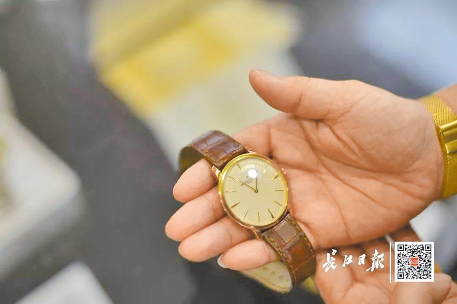 起拍價格最高的是一款江詩丹頓手錶。現場工作人員介紹,這款手錶目前市價14萬元人幣。(取自微博@長江日報)