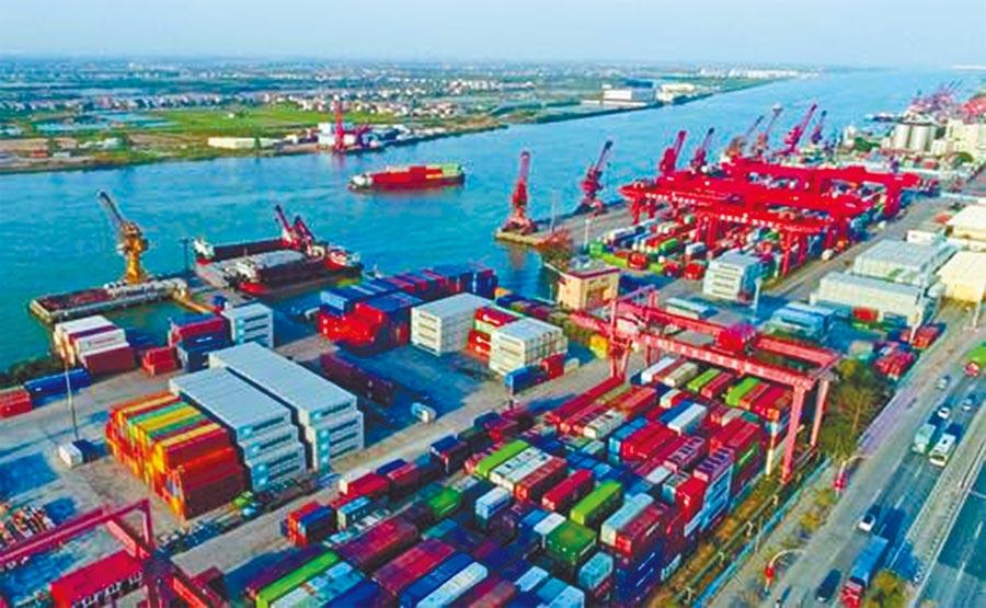 中山港貨運碼頭上的貨櫃。(夏升權攝)