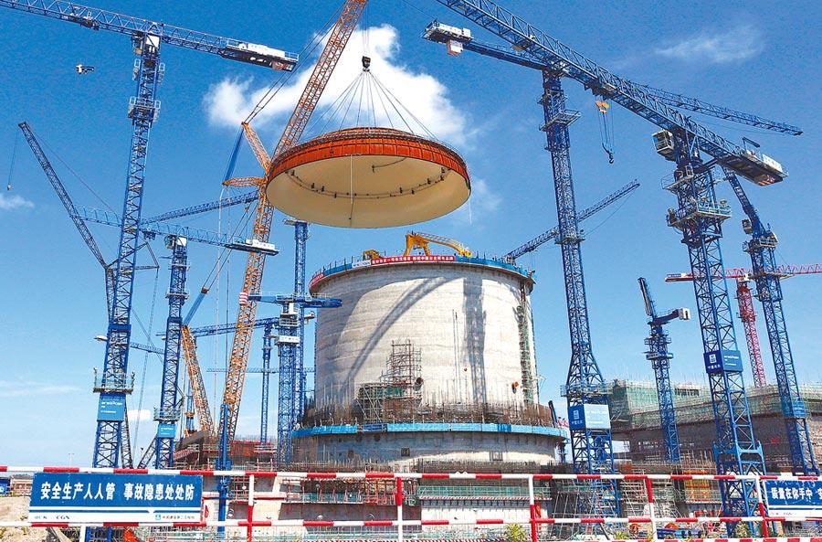 2018年5月在廣西防城港,大陸自主三代核電「華龍一號」示範項目完成穹頂吊裝。(新華社資料照片)