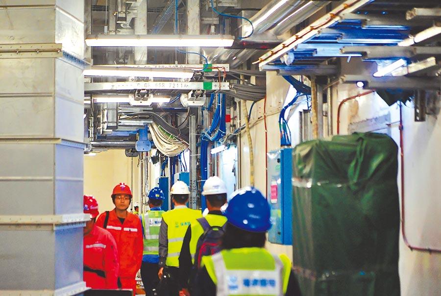 三年「零核准」後,大陸核電破冰重啟,圖為2019年4月工作人員穿梭在福建福清核電5號機組內部。(新華社資料照片)