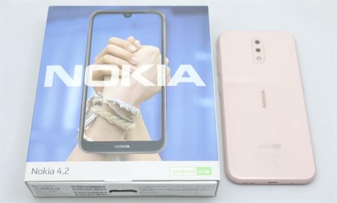Nokia 4.2 包裝盒與手機。(圖/黃慧雯攝)