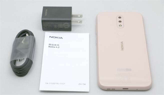 Nokia 4.2 包裝內配件。(圖/黃慧雯攝)