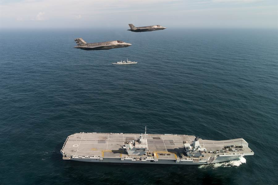 英國有人建議派軍艦到香港表達對示威抗議的支持,陸媒認為英國海軍實力比中國大陸差距太大,沒有實力來亞洲耀武揚威。圖為英伊莉莎白號航母與其艦載F-35B戰機。(圖/美國海軍)