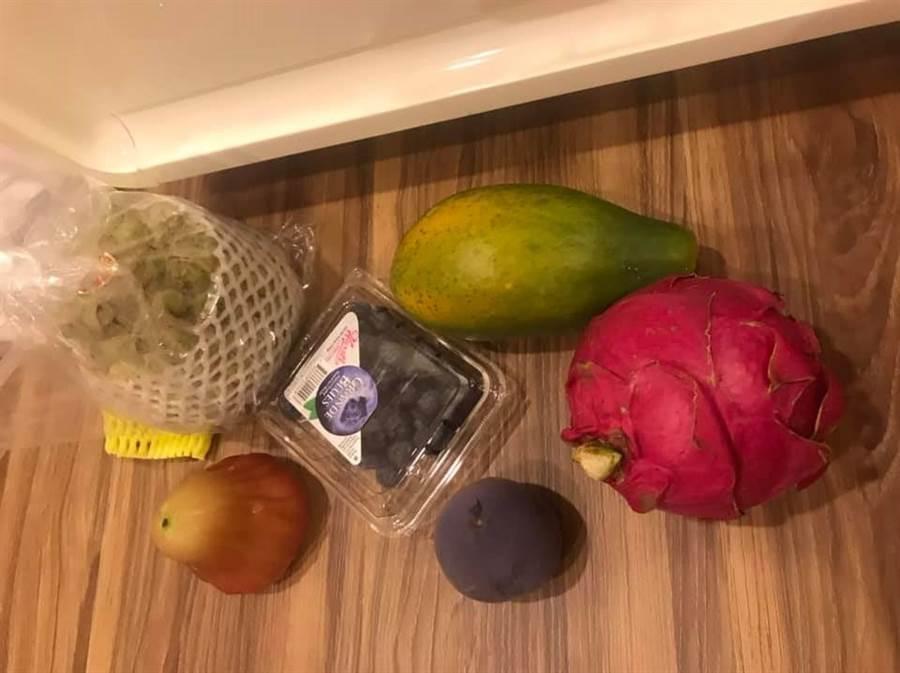 外國同事給原PO看她買的6樣水果照片,表示這樣要價台幣800元。(圖/翻攝自爆怨公社)