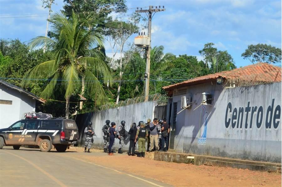 巴西帕拉州的阿爾塔米拉監獄29日爆發16人遭斬首的大屠殺暴動後,當局出動軍警鎮壓。(路透)