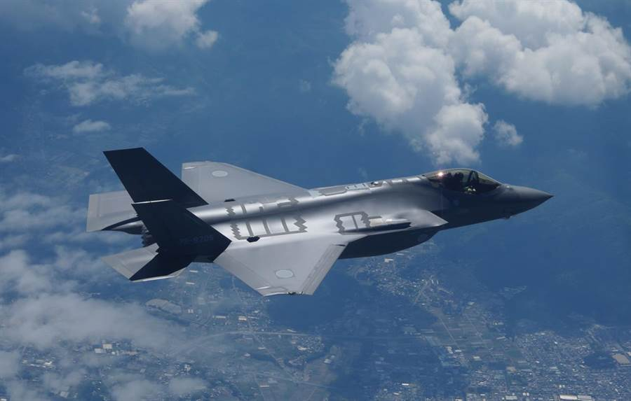 日本內閣已通過計畫,將在原有的42架F-35外,再加購105架戰機,很可能使它成為繼美國之後的第二大F-35戰機操作國。(日本航空自衛隊)