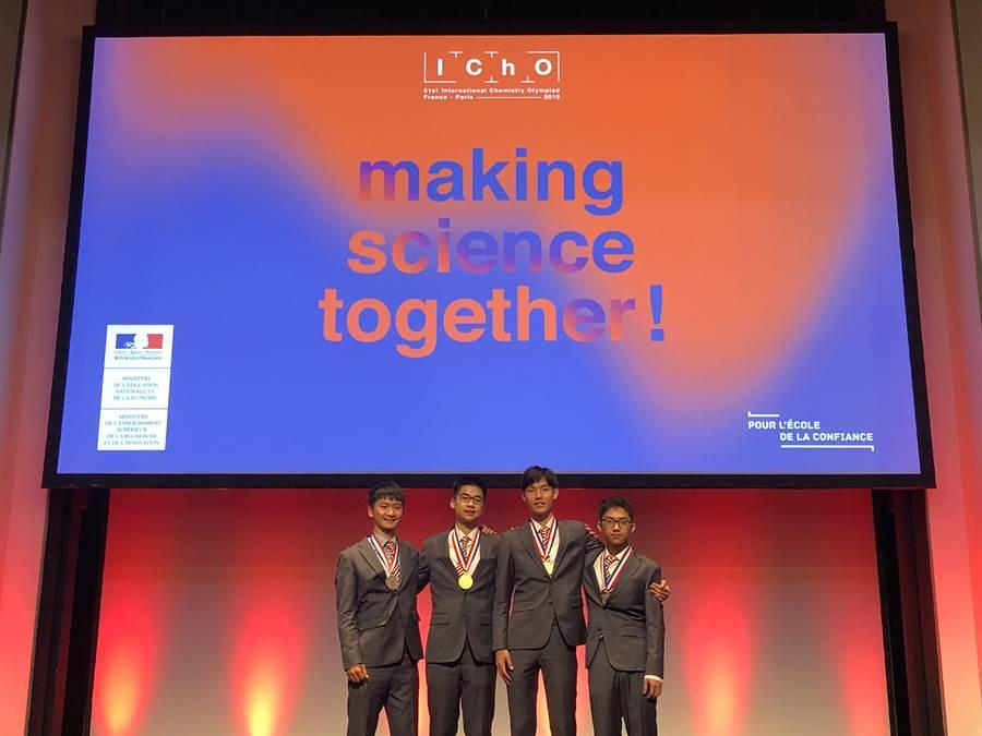 我國在今年國際化學奧林匹亞競賽中得到2金2銀,國際排名第5,4位選手由左至右分別是吳宗鴻、王昱翔、郭倫昕、沈智恩。(教育部提供)