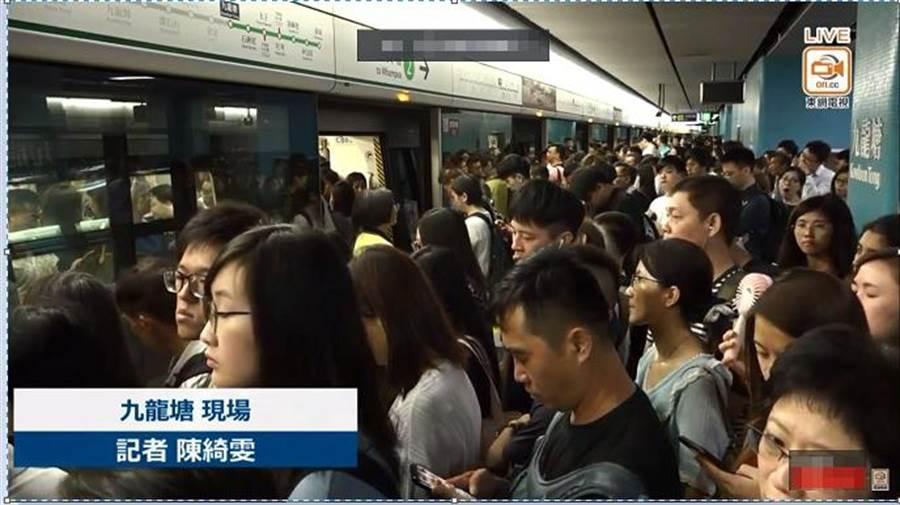 香港今發起反《逃犯條例》示威活動,港鐵大塞車。(圖/取自東網Youtube直播)