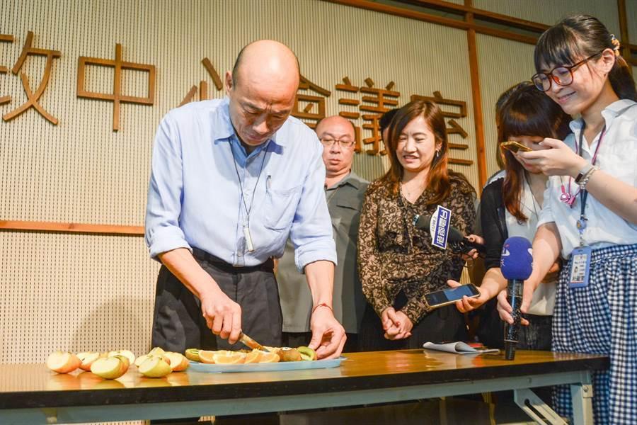 高雄市長韓國瑜拿水果刀大切特切,怒嗆「請蘇院長來逮補我吧」。(林宏聰攝)