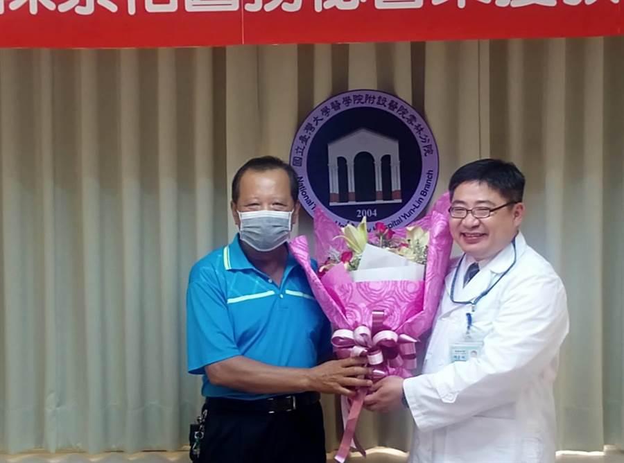 台大雲林分院胸腔科醫師陳崇裕獲教育部模範公務員,病友陳志賢(左)獻花祝賀。(許素惠攝)
