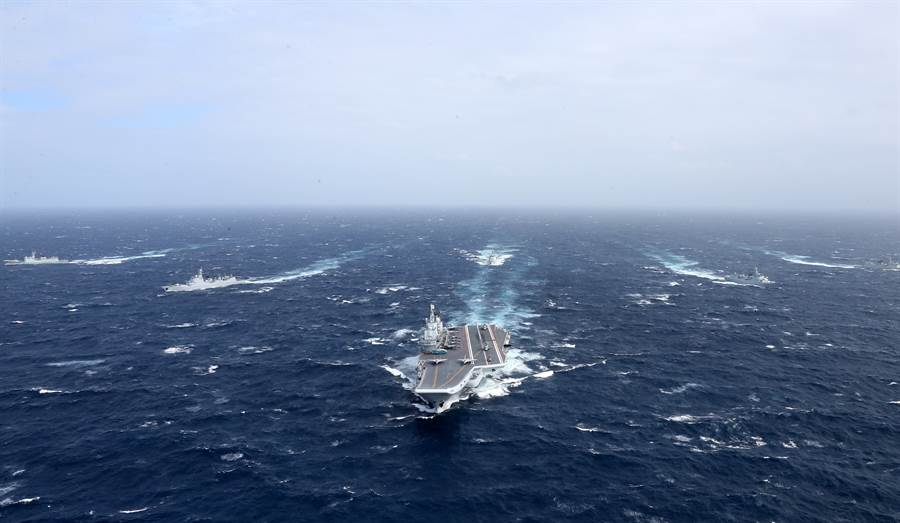 遼寧艦航母編隊向西太平洋航渡的資料照。(新華社)