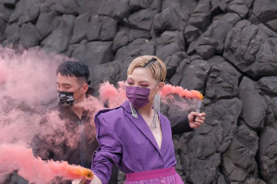 CSD中衛口罩8月推出「炫霓紫」口罩,大膽請來怪美系時尚達人Judy周筱筑和時尚髮型師Wind黃一峯合演意識形態廣告,傳達出「時尚與空污的距離」。(馮惠宜攝)
