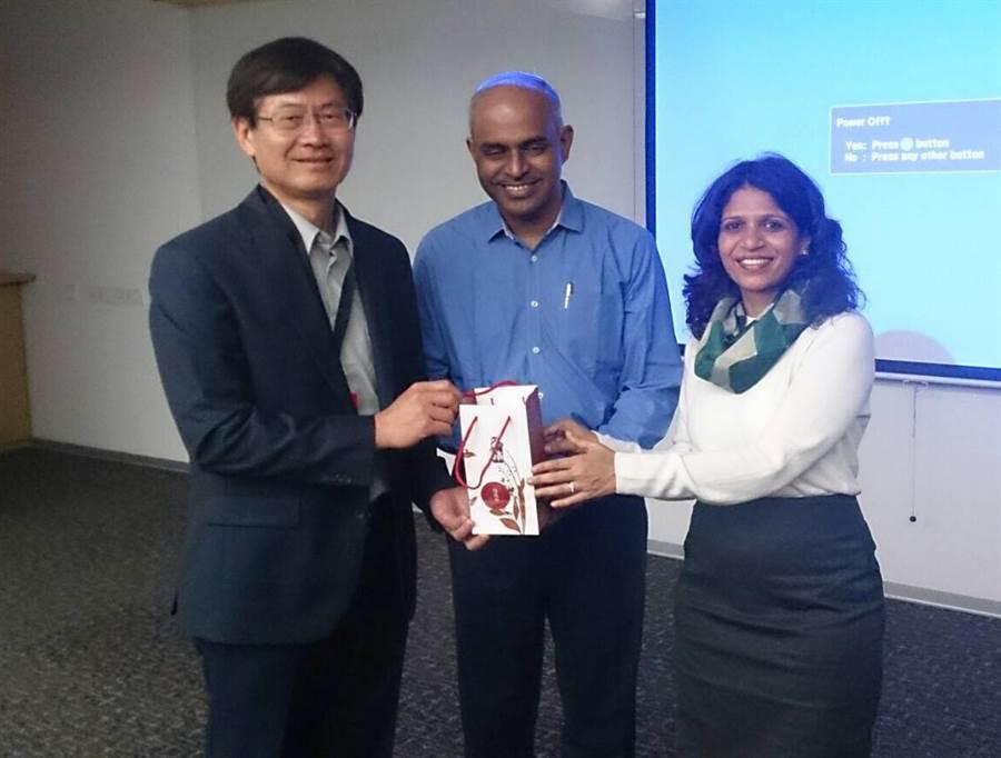 科技部次長許有進(左)與Ather Energy副總裁Thiruppathy Srinivasan(中)合影。(陳育賢翻攝)