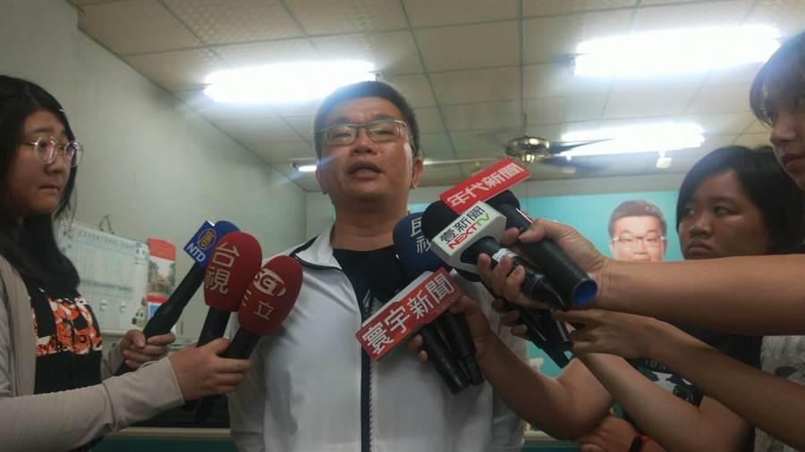 蔡其昌下午表示,已經委託律師提告華航劉姓主管。(陳淑娥攝)
