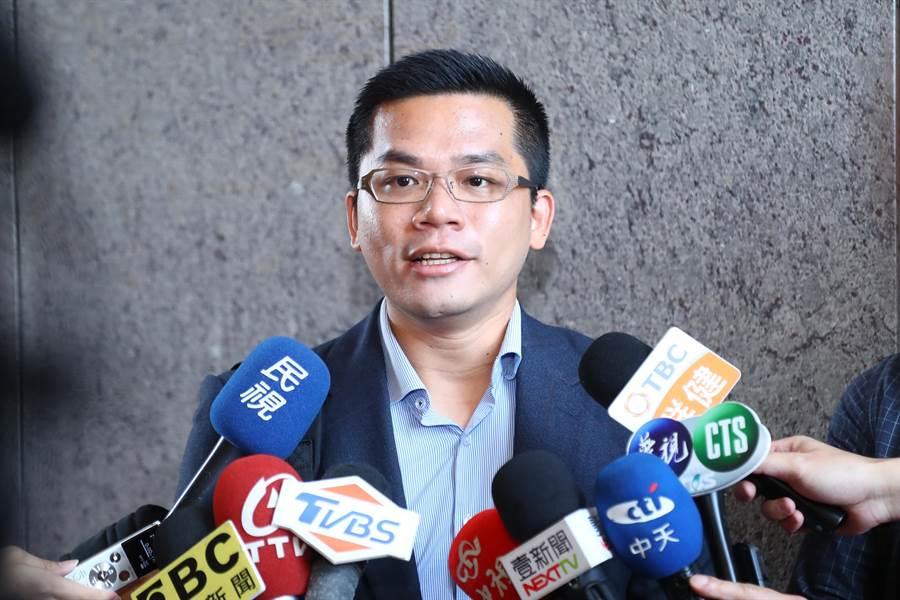 市府新聞局長吳皇昇宣導市府福利政策,與漫畫家結合,化繁為簡的內容,讓市民秒懂,對政府施政很「有感」。(盧金足攝)