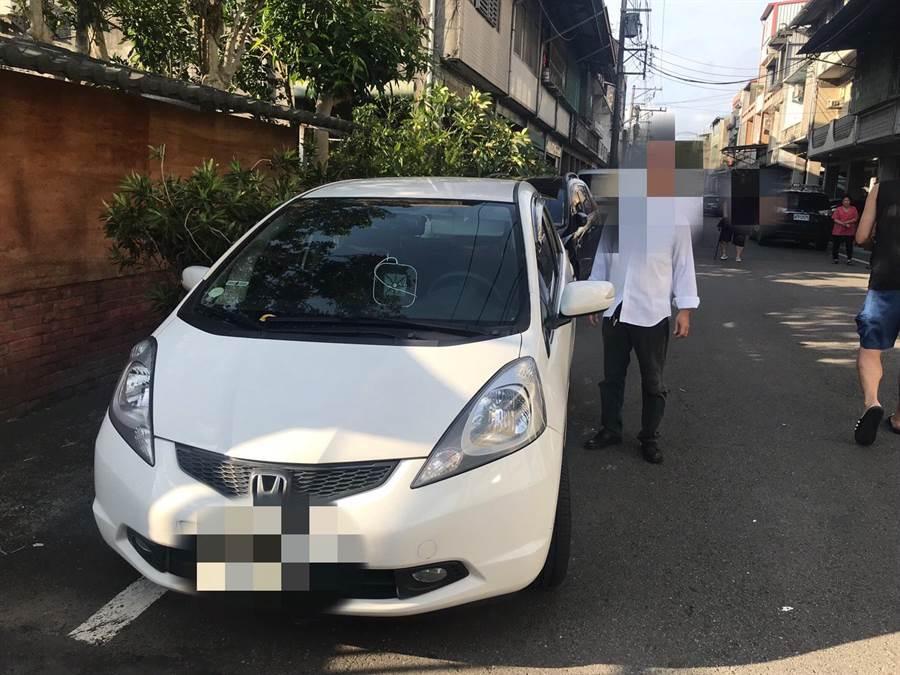 警方幫走失的郭翁和陳婦會合,並協助找到車子。(羅浚濱翻攝)