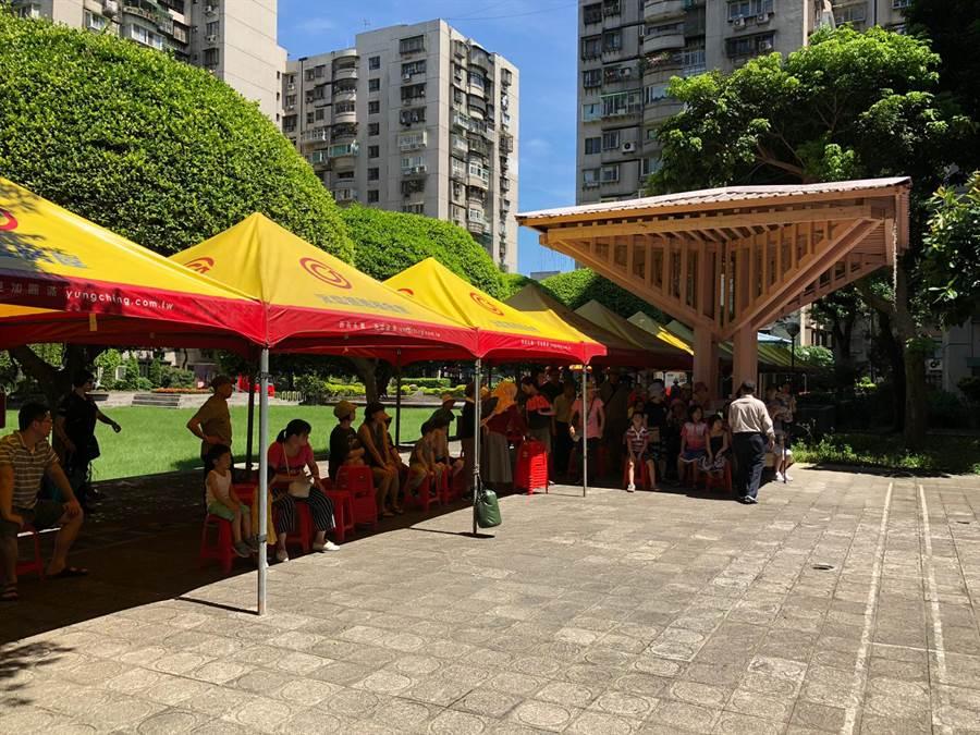 永慶房屋在地夥伴也在現場架設帳篷讓民眾可以有地方躲避陽光、補充水份,更協助防毒宣導人員、消防隊弟兄可以順利進行各項宣導。