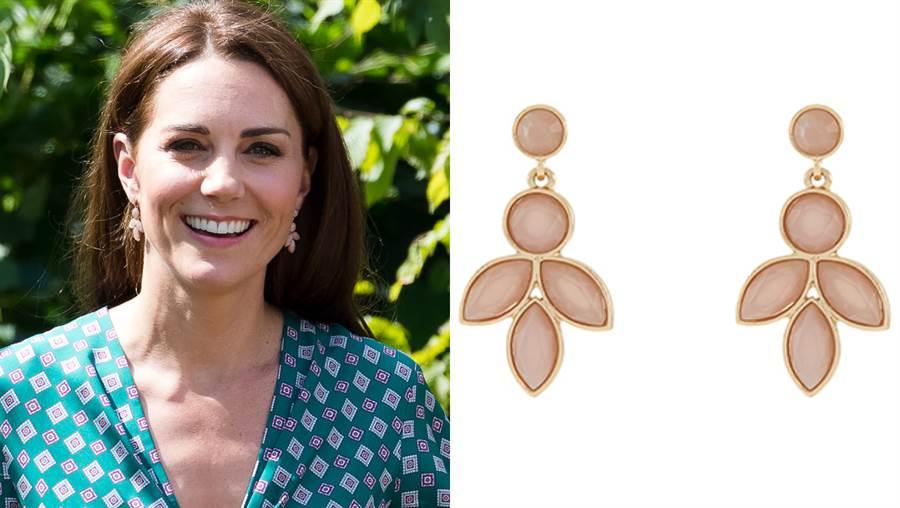 凱特配戴的「花瓣耳環」價錢相當親民。(圖/達志影像)