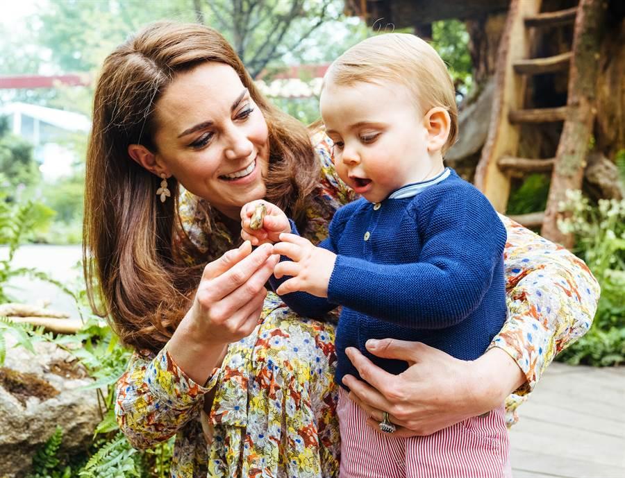 早在兩個月前的雀爾喜花展,凱特就已經戴過相同款式的耳環了。(圖/達志影像)