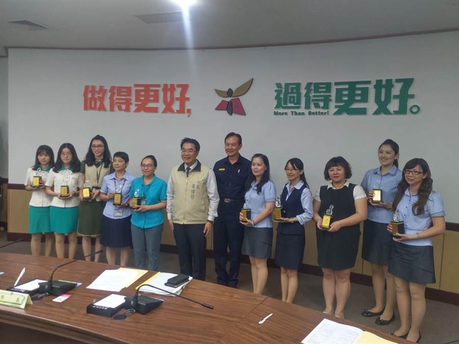 台南市超商、金融机构人员6月助阻诈453万元,市长黄伟哲亲自表扬。