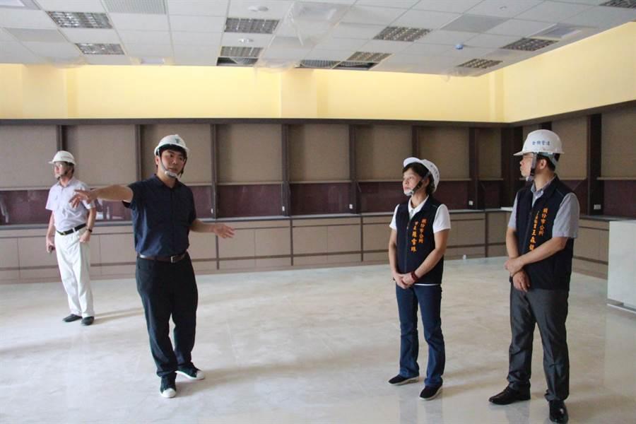 頭份市長羅雪珠(右2)等人30日現勘工地工程進度。(何冠嫻攝)