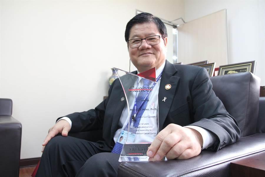中國醫藥大學校長洪明奇帶領國際團隊,對癌症免疫治療研究有新突破。(陳淑芬攝)