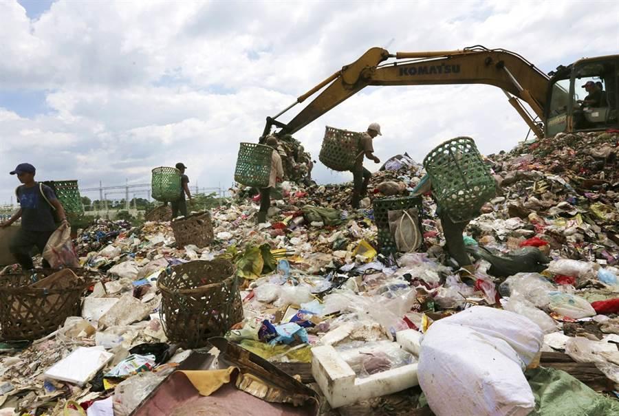 印尼29日退還7大貨櫃量的非法垃圾給香港、法國,成為東南亞國家最新一輪退回垃圾的案例。圖為位在印尼近郊的垃圾山資料照。(圖/美聯社)