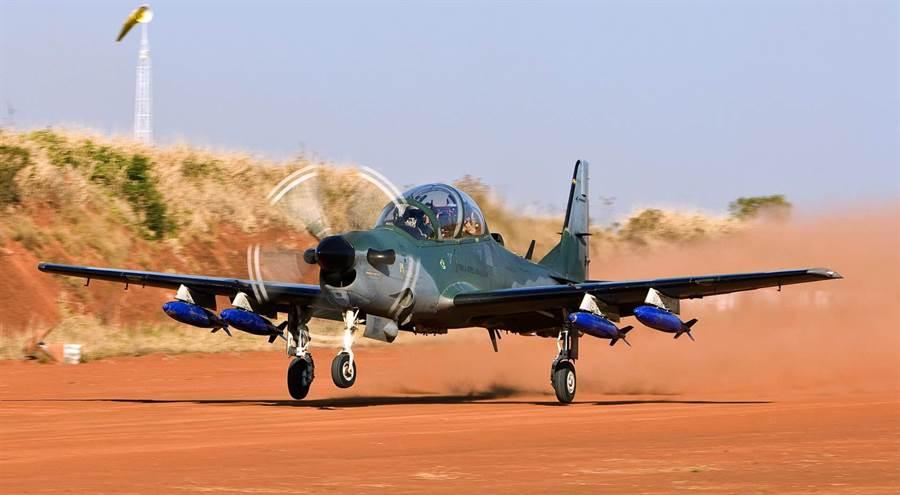 巴西航空A-29大嘴鳥攻擊機,在銷量比AT-6金剛狼要多一些,但兩者性能差距不大。(圖/巴西航空)