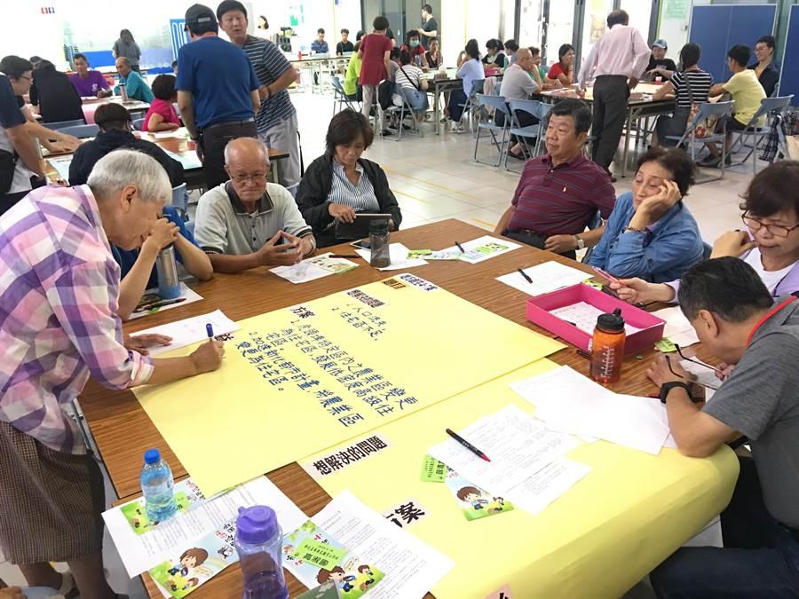 為擴大社造參與,台南市新化區日前辦理住民大會,初選出8個地方創生方案,將於8月6日至11日期間實施公民投票。(新化區公所提供)