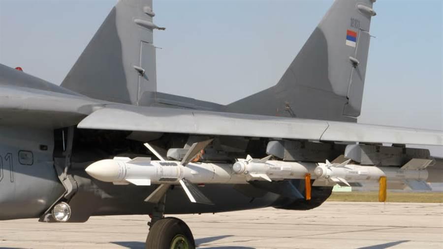 R-27中程飛彈,有著特別的大型控制翼。(圖/俄羅斯空軍)