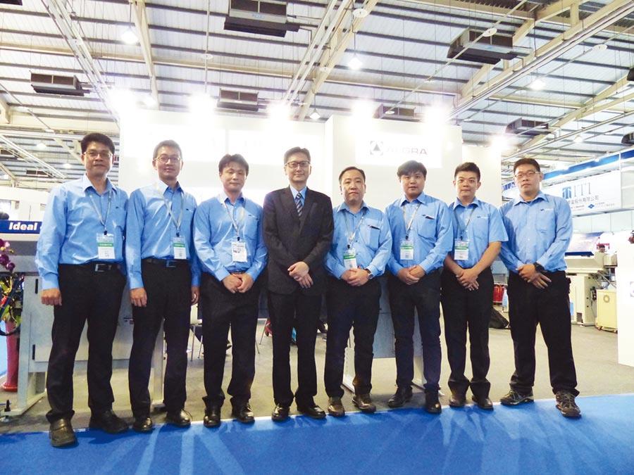 中義科技機械公司總經理李盈慶(左四)與行銷團隊。圖/莊富安