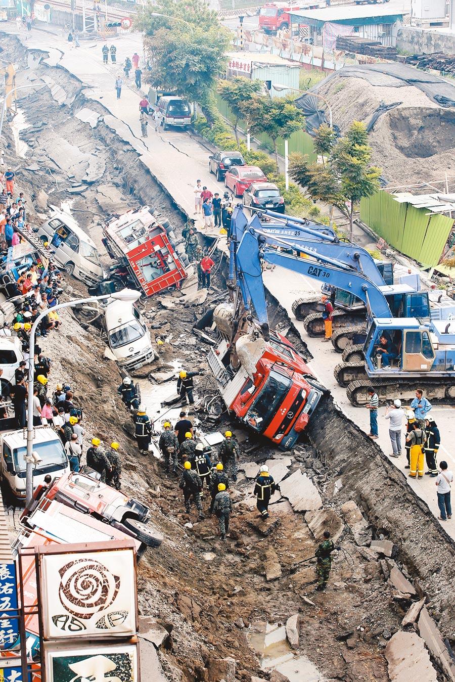 2014年8月1日,高雄前鎮區凌晨發生傷亡慘重的氣爆,發生爆炸的凱旋二路,宛如經過戰火洗禮般,停在路邊的消防車也成了受害者。(本報資料照片)