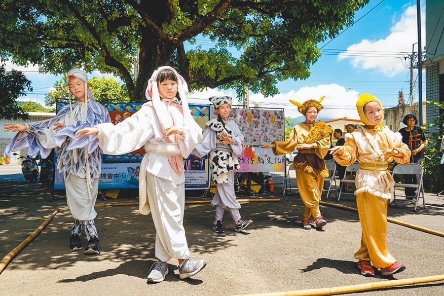 宜蘭縣員山鄉結頭份社區將舉辦第10屆「結頭份歌仔戲文化節」,參與蘭陽戲劇團新秀培訓的成員昨在歌仔戲發源地、大樹公下為活動暖場。(李忠一攝)