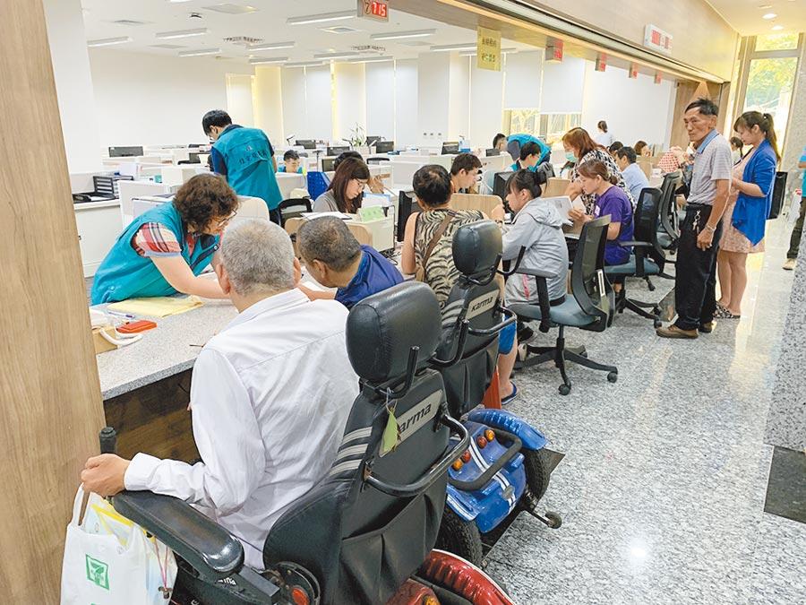 住宅補貼從7月22日起至8月30日受理申請,首周就湧入3376人,住宅發展處呼民盡早申請。(蔡依珍攝)