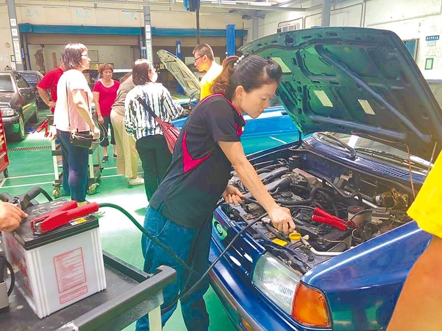 苗栗縣婦女福利服務中心開設認識汽機車構造、突發狀況處理課程。(何冠嫻翻攝)