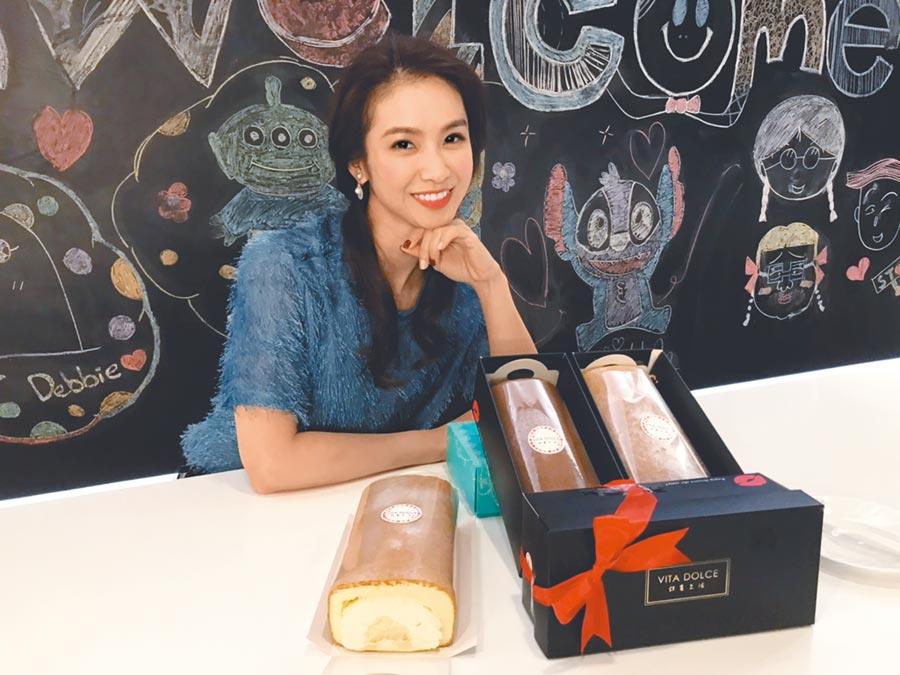 陳小菁的弟弟研發榴槤口味蛋糕在網路銷售,身為姊姊的她率先品嘗。(林淑娟攝)