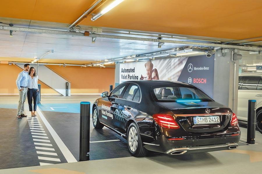 無人駕駛自動停車技術能自動停車並返回原下車地點,方便乘客上下車,自動駕駛狀態下,車輛會亮起藍綠色光芒,方便路人及車輛判別。(Mercedes-Benz提供)
