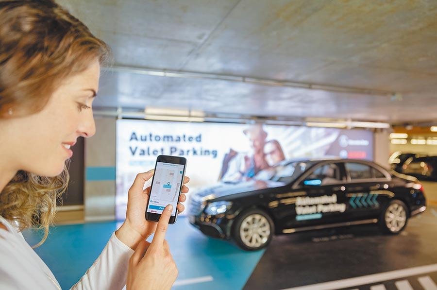 Mercedes-Benz在斯圖加特的博物館停車場提供無人駕駛自動停車服務,車主可透過智慧型手機APP啟動。(Mercedes-Benz提供)