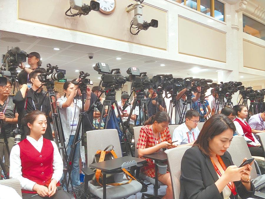 大陸國務院新聞辦29日邀港澳辦發言人回應香港反送中議題,中外媒體擠爆現場。(記者陳君碩攝)