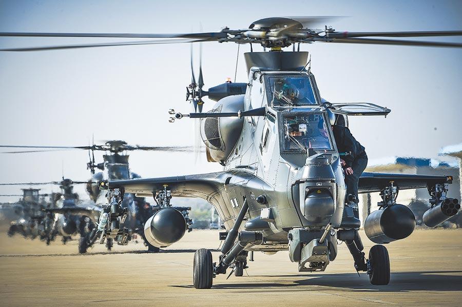 1月16日,解放軍東部戰區陸軍第73集團軍某陸航旅通電檢查,準備起飛。(新華社)