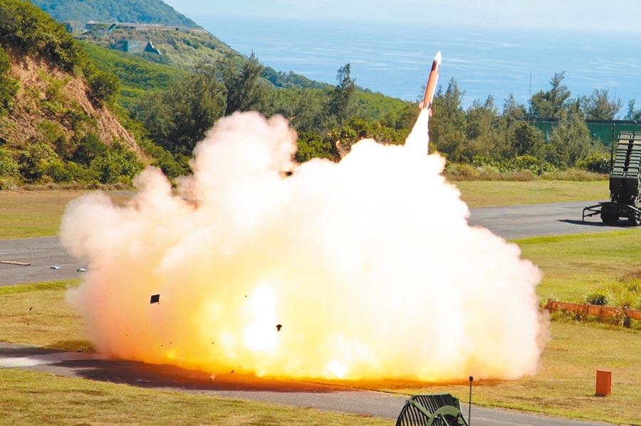 2018年6月5日,漢光34號演習進入實兵演練第2天,空軍防空部隊在九鵬基地實施天弓飛彈實彈射擊。(軍聞社)