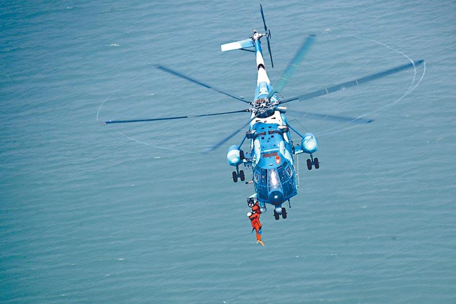 4月29日,解放軍東部戰區空軍運搜旅在某海域展開行動。(中新社)