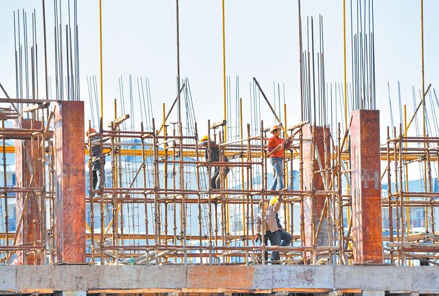 土增稅法將增加部分房企資金壓力,抑制過度開發。圖為工人在福州建築工地上作業。(中新社資料照片)