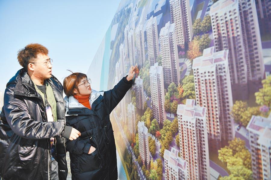90後小夫妻在天津一樓盤前計畫買房規畫。(新華社資料照片)