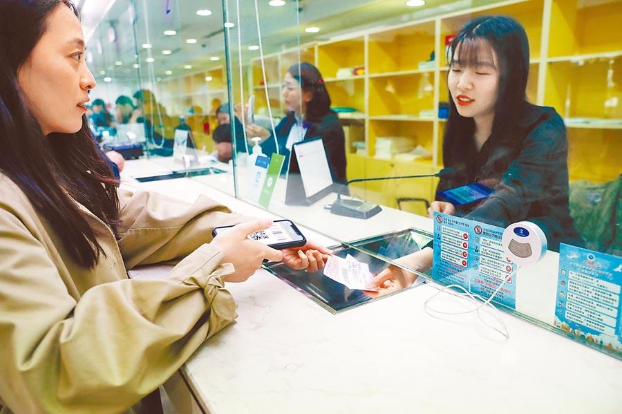首爾的中國駐韓使館領事辦證大廳,在韓工作的中國公民使用支付寶繳納更換護照相關費用。(新華社資料照片)